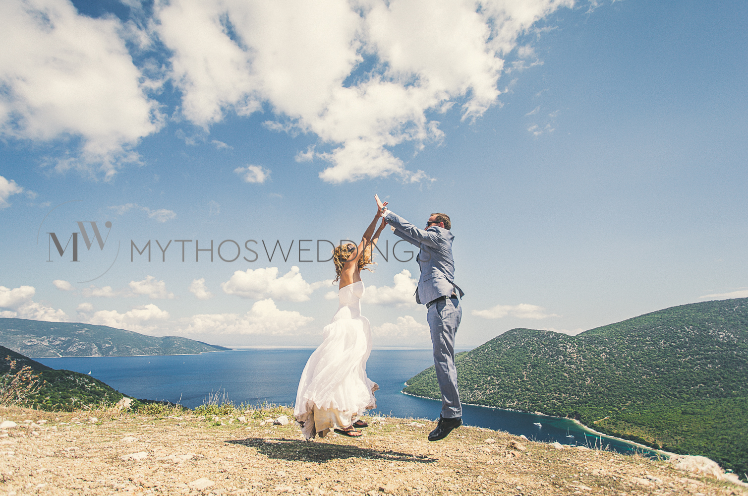 Brautpaar spingt in die Höhe