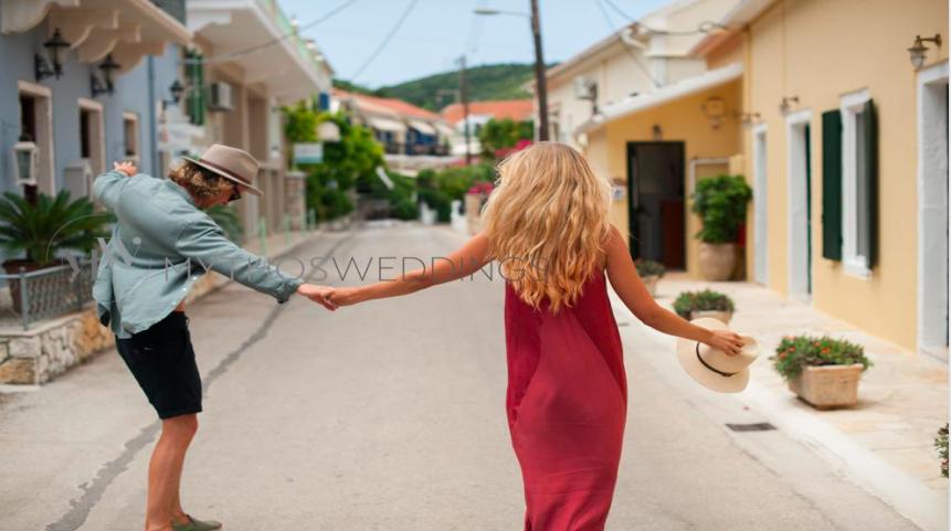 Junges Paar tanzt in Strasse